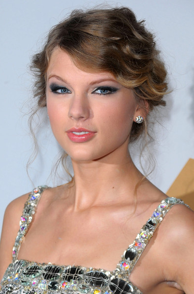 low messy bun hairstyles. Taylor Swift#39;s messy bun is