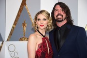 Dave Grohl and wife arrive  on the red carpet for the 88th Oscars on February 28, 2016 in Hollywood, California. AFP PHOTO / FREDERIC J. BROWN / AFP / FREDERIC J.BROWN