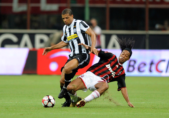 Ronaldinho of Milan (R) and Felipe Melo of Juventus battel for the ball during the Luigi Berlusconi Trophy match between AC Milan and Juventus FC at Giuseppe Meazza Stadium on August 17, 2009 in Milan, Italy.
