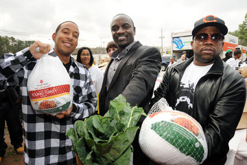 Akon Big Boi Akon And Ludacris Help Distribute 2000 Turkeys To Families In Need