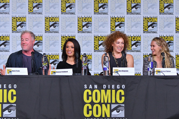 Comic-Con International 2018 - SYFY WIRE Hosts The Great Debate [news conference,event,fiction,comics,media,stage equipment,convention,world,teresa palmer,alex kingston,owen teale,valarie pettiford,panel,l-r,san diego convention center,california,comic-con international 2018 - syfy wire hosts the great debate,a discovery of witches]