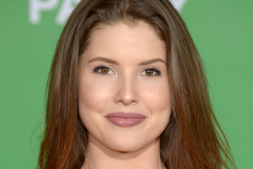 Amanda Cerny Premiere of Paramount Pictures' 'Office Christmas Party' - Arrivals