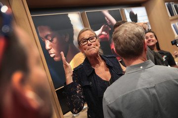 Angela Ahrendts Apple Prepares to Open Chicago Flagship Store