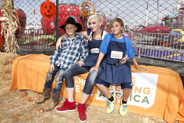 Apollo Bowie Flynn Rossdale Feeding America and the Los Angeles Regional Food Bank Host Holiday Harvest Volunteer Event at Shawn's Pumpkin Patch