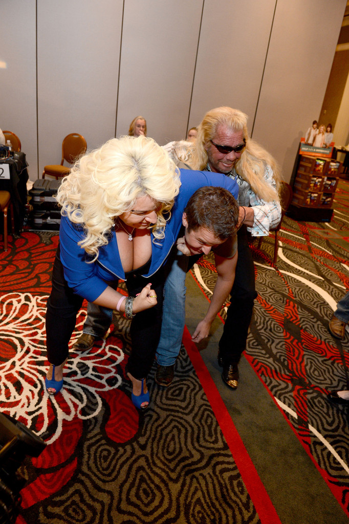 bounty hunter gets amorous with wife at acm awards 2013 sexy girls