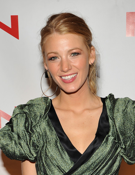 http://www3.pictures.zimbio.com/gi/Blake+Lively+24th+Annual+Footwear+News+Achievement+qBB5EWM0YBel.jpg