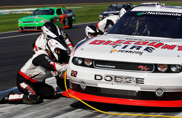 discount tire co. pits the #22 Discount Tire