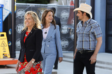 Brad Paisley First Lady Jill Biden Tours Pop-Up Vaccination Site With Singer-Songwriter Brad Paisley