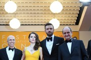 US producer and CEO of DreamWorks Animation Jeffrey Katzenberg, US actress Anna Kendrick and US singer Justin Timberlake pose on May 11, 2016 with the President of the Cannes Film Festival Pierre Lescure as they arrive for the opening ceremony of the 69th Cannes Film Festival in Cannes, southern France.  / AFP / ANNE-CHRISTINE POUJOULAT
