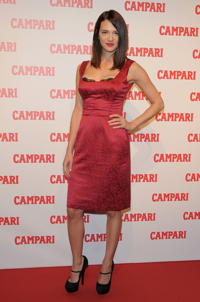 Asia Argento finished her Campari event look with a pair of suede platform pumps.