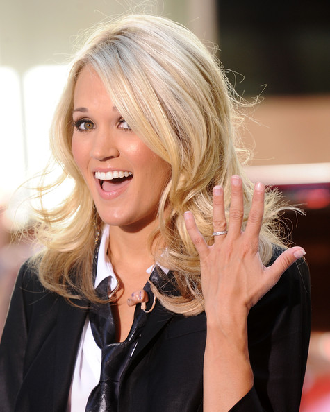 Carrie Underwood Singer Carrie Underwood shows off her wedding ring on ...