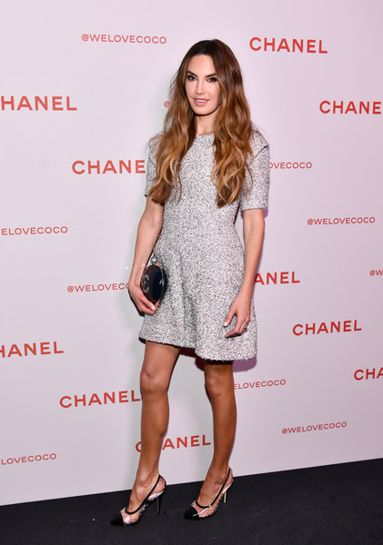 Elizabeth Chambers tied her look together with a circular hard-case clutch by Chanel.