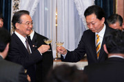 Japanese Prime Minister Yukio Hatoyama (R) and Chinese Premier Wen Jiabao arrive for a dinner at  Akasaka Palac eState Guesthouse on May 31, 2010 in Tokyo, Japan. Wen is on a three-day visit to Japan.