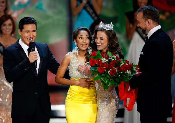 2010 miss america pageant in this photo mario lopez clinton kelly