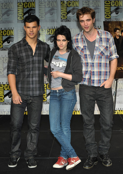 "Kristen Stewart (L-R) Actors Taylor Lautner, Kristen Stewart and Robert Pattinson speak at ""The Twilight Saga: New Moon"" press conference during Comic-Con 2009 held at San Diego Convention Center on July 23, 2009 in San Diego, California."