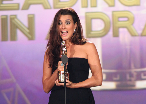 alma awards show in this photo cote de pablo actress cote de pablo
