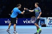 Australia's John Peers (L) celebrates winning a point with his partner Finland's Henri Kontinen (R) during their men's doubles semi-final match against Britain's Jamie Murray and Brazil's Bruno Soares on day seven of the ATP World Tour Finals tennis tournament at the O2 Arena in London on November 18, 2017. / AFP PHOTO / Glyn KIRK