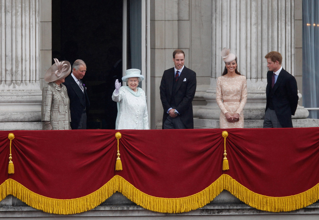 Kate middleton in diamond jubilee carriage procession for Queen elizabeth balcony