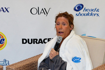 Diana Nyad Diana Nyad Finishes Her 48-Hour 'Swim for Relief'