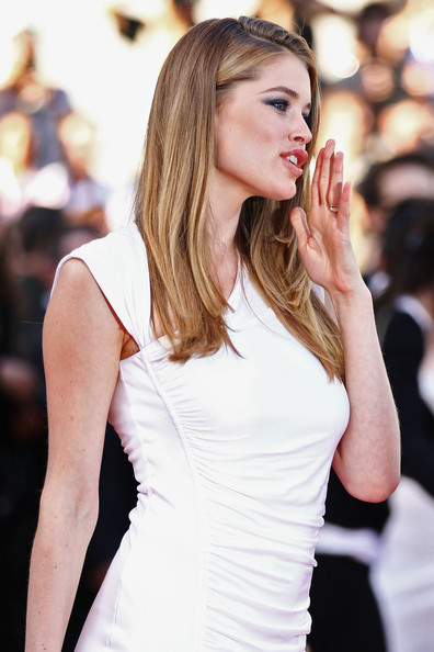 Doutzen Kroes: the hands of the famous Dutch supermodel! Doutzen+Kroes+Beaver+Premiere+64th+Annual+Nd4A3QKrTZWl