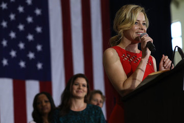 Elizabeth Banks Hillary Clinton Campaigns In Southern California