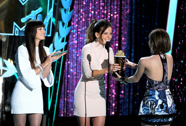 http://www3.pictures.zimbio.com/gi/Emma+Watson+2012+MTV+Movie+Awards+Show+VgvE7P_WrnVl.jpg
