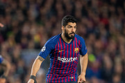 Luis Suarez of Barcelona controls the ball  during the UEFA Champions League Quarter Final second leg match between FC Barcelona and Manchester United at Camp Nou on April 16, 2019 in Barcelona, Spain.