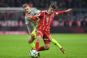 Cologne's defender Tim Handwerker (L) and Bayern Munich's striker Thomas Mueller (R) vie for the ball during the German first division Bundesliga football match between FC Bayern Munich and FC Cologne on December 13, 2017 in Munich. / AFP PHOTO / Christof STACHE / RESTRICTIONS: DURING MATCH TIME: DFL RULES TO LIMIT THE ONLINE USAGE TO 15 PICTURES PER MATCH AND FORBID IMAGE SEQUENCES TO SIMULATE VIDEO. == RESTRICTED TO EDITORIAL USE == FOR FURTHER QUERIES PLEASE CONTACT DFL DIRECTLY AT + 49 69 650050.