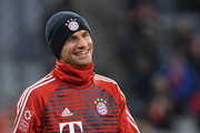 Bayern Munich's striker Thomas Mueller takes part in the warm up before the German first division Bundesliga football match between FC Bayern Munich and FC Cologne on December 13, 2017 in Munich. / AFP PHOTO / Christof STACHE / RESTRICTIONS: DURING MATCH TIME: DFL RULES TO LIMIT THE ONLINE USAGE TO 15 PICTURES PER MATCH AND FORBID IMAGE SEQUENCES TO SIMULATE VIDEO. == RESTRICTED TO EDITORIAL USE == FOR FURTHER QUERIES PLEASE CONTACT DFL DIRECTLY AT + 49 69 650050.