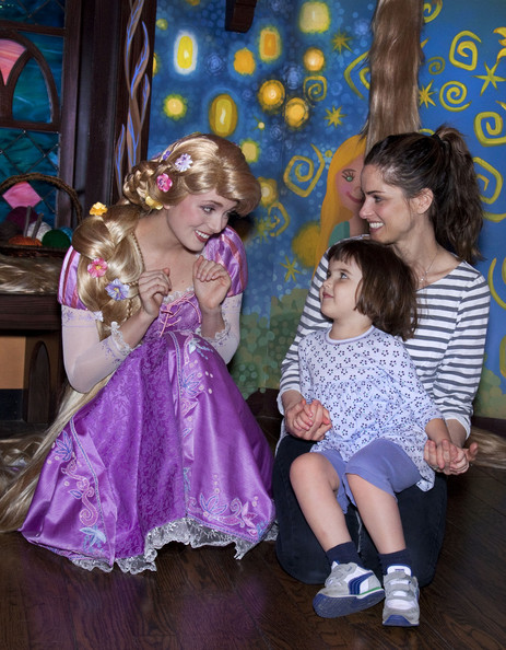 Amanda Peet And Daughter Meet Rapunzel