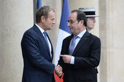 French President Francois Hollande (R) speaks with European Union Council President Donald Tusk (L) as they shake hands on June 27, 2016 at the Elysee Presidential Palace in Paris. / AFP / STEPHANE DE SAKUTIN
