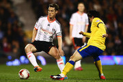 Scott Parker of Fulham evades Kim Bo-Kyung of Wigan Athletic during the Sky Bet Championship match between Fulham and Wigan Athletic at Craven Cottage on April 10, 2015 in London, England.