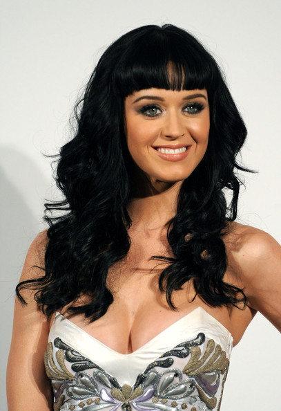 Katy showed off her signature retro hairstyle with a funky strapless dress