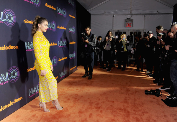 2016 Nickelodeon HALO Awards - Arrivals [event,flooring,red carpet,premiere,carpet,arrivals,hailee steinfeld,nickelodeon halo awards,awards,nickelodeon halo,new york city,basketball city pier 36 - south street]