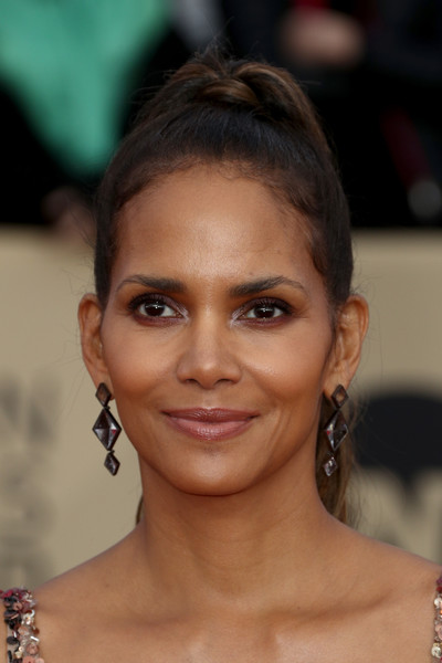 24th Annual Screen Actors Guild Awards - Arrivals [hair,face,eyebrow,hairstyle,lip,forehead,chin,beauty,skin,eyelash,arrivals,halle berry,screen actors guild awards,los angeles,california,the shrine auditorium]