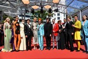 US actress Elle Fanning (L), British actor Alex Sharp (5thL), Australian actress Nicole Kidman (6thL), British costume designer Sandy Powell (C),  British novelist Neil Gaiman (7thR), US director John Cameron Mitchell (6thR) and British actor Abraham Lewis (3rdR) pose as they arrive on May 21, 2017 for the screening of the film 'How to talk to Girls at Parties' at the 70th edition of the Cannes Film Festival in Cannes, southern France.  / AFP PHOTO / Alberto PIZZOLI