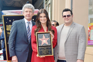 Idina Menzel Josh Gad Kristen Bell And Idina Menzel Are Honored With Stars On The Hollywood Walk Of Fame