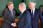 Israeli Prime Minister Benjamin Netanyahu (C) shakes hands with European Commissioner for European Neighborhood Policy Johannes Hahn (L) next to Belgian Foreign Minister Didier Reynders (R) during a breakfast meeting with EU foreign ministers at the EU Council building in Brussels on December 11, 2017.  / AFP PHOTO / POOL / Geert Vanden Wijngaert