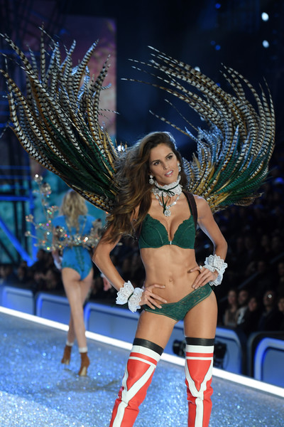 bae93e955f Izabel Goulart Photos Photos - 2016 Victoria s Secret Fashion Show ...