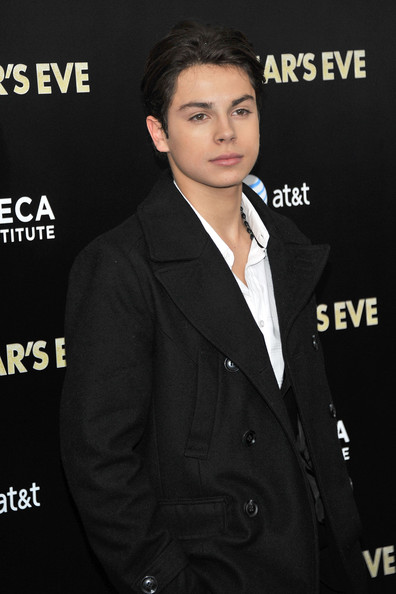 How did jake t austin start dating his girlfriend