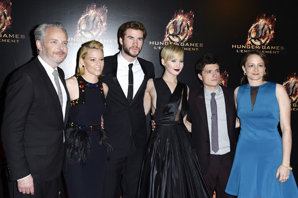 Jennifer Lawrence (LR) Le réalisateur Francis Lawrence, acteurs Elizabeth Banks, Liam Hemsworth, Jennifer Lawrence, Josh Hutcherson et producteur Nina Jacobson assister à «The Hunger Games: Catching Fire 'Paris Première au Grand Rex le 15 Novembre 2013, à Paris, France.