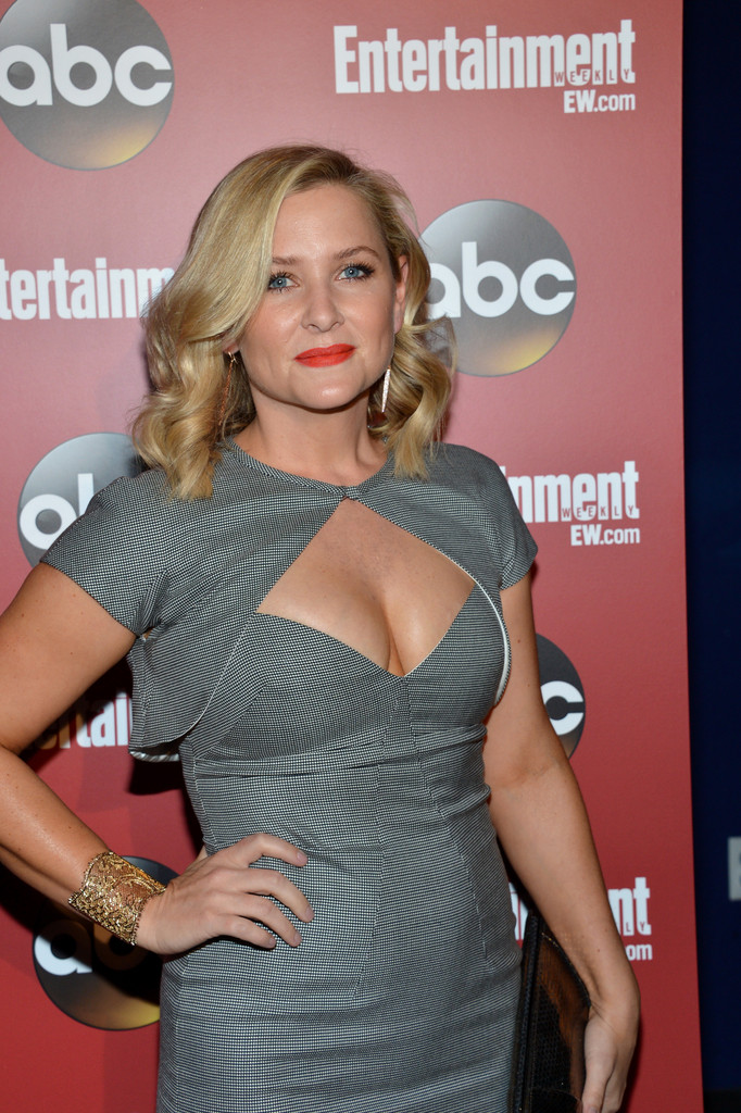 http://www3.pictures.zimbio.com/gi/Jessica+Capshaw+Celebs+Attend+Upfronts+Party+jEuORGaArPgx.jpg