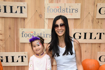 Jett Ling Song GILT & Foodstirs Celebrate Exclusive Cupcake Kit With Sarah Michelle Gellar
