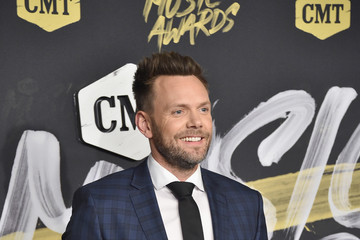 Joel McHale 2018 CMT Music Awards - Arrivals