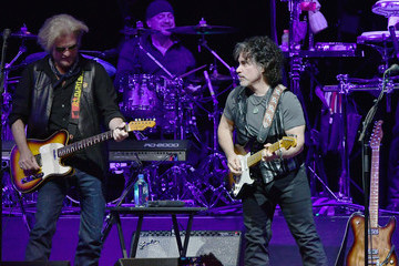 John Oates Hall & Oates and Tears for Fears Perform in Concert