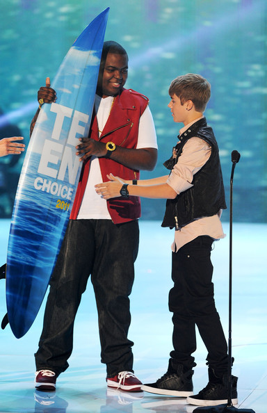 Justin Bieber Singer Justin Bieber accepts the Choice Male Artist award from singer Sean Kingston onstage during the 2011 Teen Choice Awards held at the Gibson Amphitheatre on August 7, 2011 in Universal City, California.