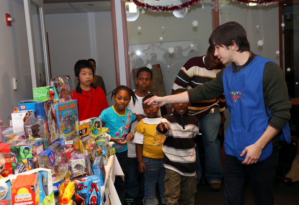 Toys For The Homeless : Justin long photos helps quot toys of
