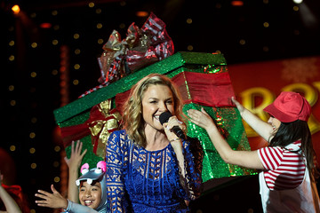 Justine Clarke Woolworths Carols in the Domain 2015