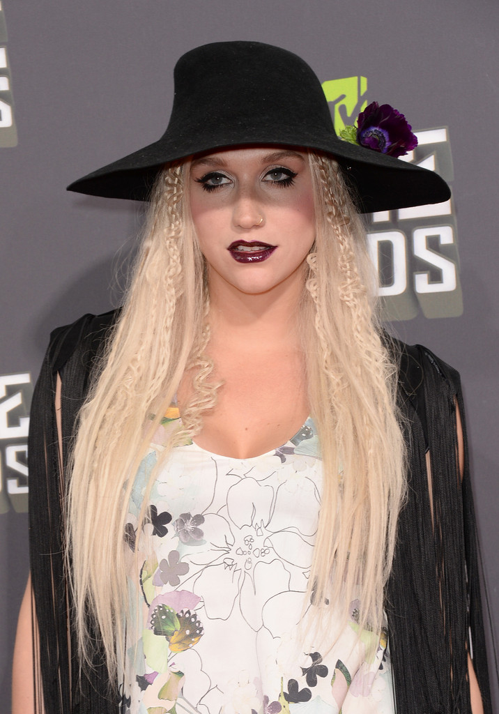 مـهـرجــــان 2013 Movie Awards Kesha 2013 MTV Movie Awards Arrivals xqFl6g6gFz0x.jpg