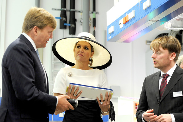 (L-R) Dutch King Willem-Alexander and Dutch Queen Maxima talk to the institute's director Carsten Agert during their visit of the EWE research center's laboratory 'Next Energy' on May 26, 2014 in Oldenburg, Germany.